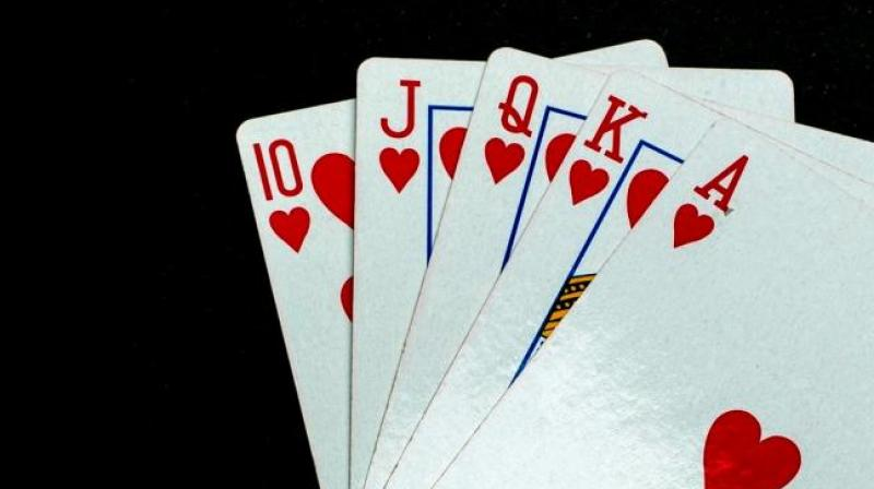 How is playing free Rummy on smartphone different than the traditional game?